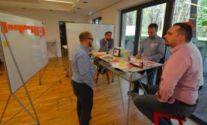 Safari Mitarbeiter nutzen das Z-Rack während des Design-Thinking Workshops am HPI